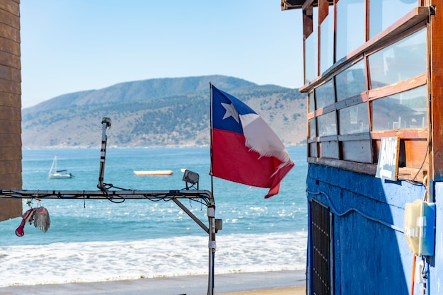 Drapeau chilien sur la côte du chili