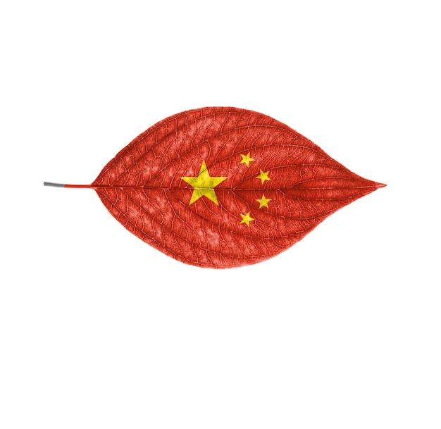 Le drapeau de la chine sur une feuille est isolé sur fond blanc
