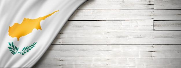 Drapeau de chypre sur le vieux mur blanc. bannière panoramique horizontale.