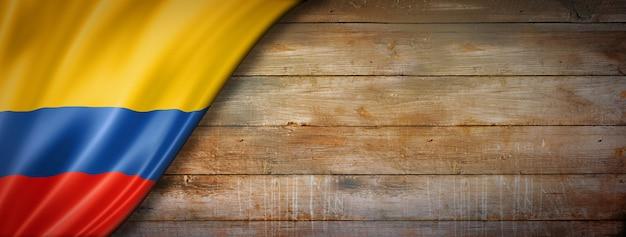 Drapeau de la colombie sur mur en bois vintage. bannière panoramique horizontale.