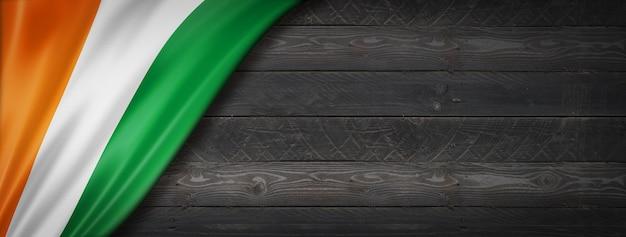 Drapeau de la côte d'ivoire sur mur en bois noir