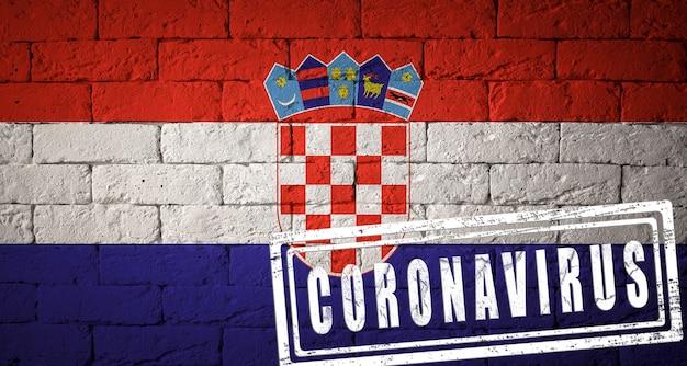 Drapeau de la croatie aux proportions originales. estampillé du coronavirus. texture de mur de briques. notion de virus corona. au bord d'une pandémie covid-19 ou 2019-ncov.