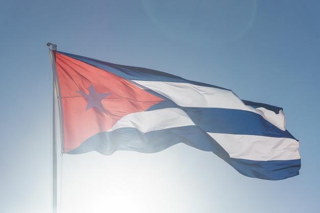 Drapeau cubain avec ciel bleu