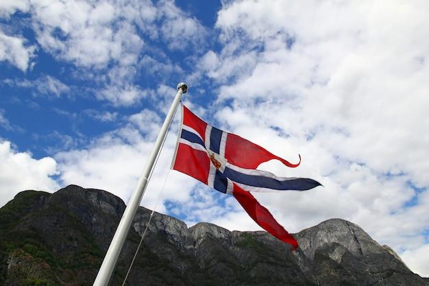Le drapeau dans la croisière sur le sognefjord et aurlandsfjord, norvège