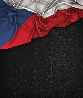 Drapeau de drapeau de la république tchèque vintage sur un tableau noir grunge avec un espace pour le texte