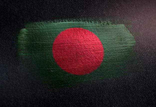 Drapeau du bangladesh fait de peinture brosse métallique sur mur sombre grunge