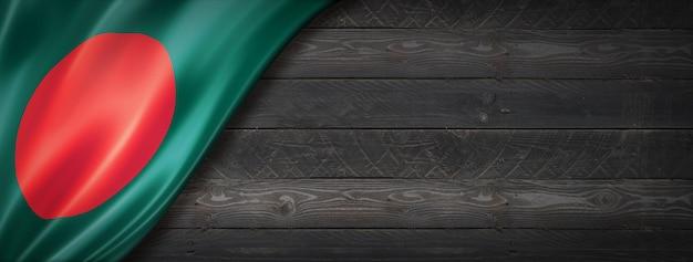 Drapeau du bangladesh sur mur en bois noir