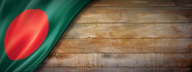 Drapeau du bangladesh sur mur en bois vintage