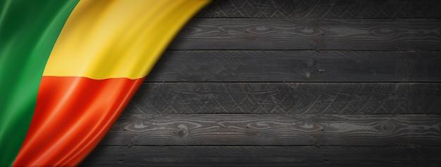 Drapeau du bénin sur mur en bois noir