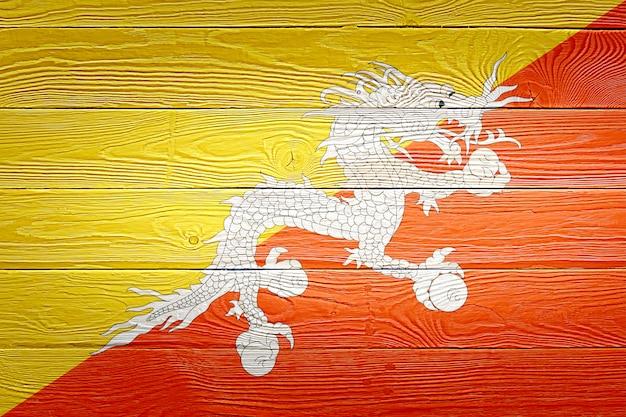 Drapeau du bhoutan peint sur fond de planche de bois ancien