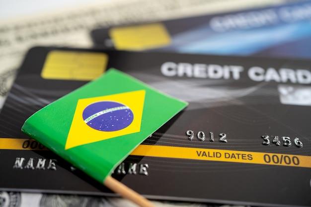 Drapeau du brésil sur la carte de crédit développement des finances statistiques des comptes bancaires