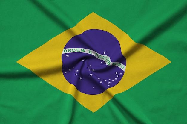 Le drapeau du brésil est représenté sur un tissu de sport avec de nombreux plis.