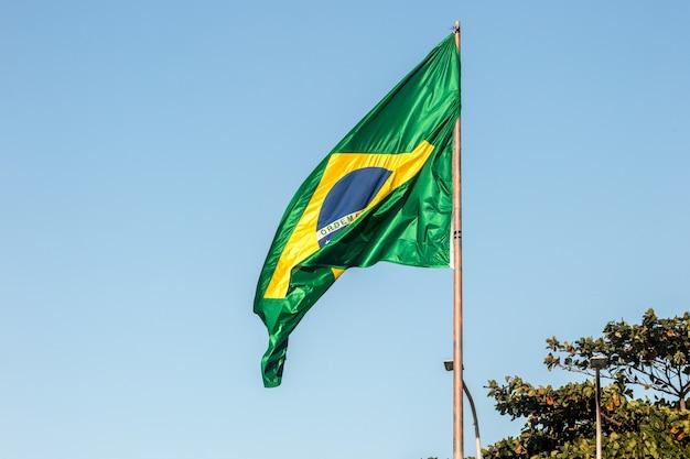 Drapeau du brésil à l'extérieur à rio de janeiro, brésil.