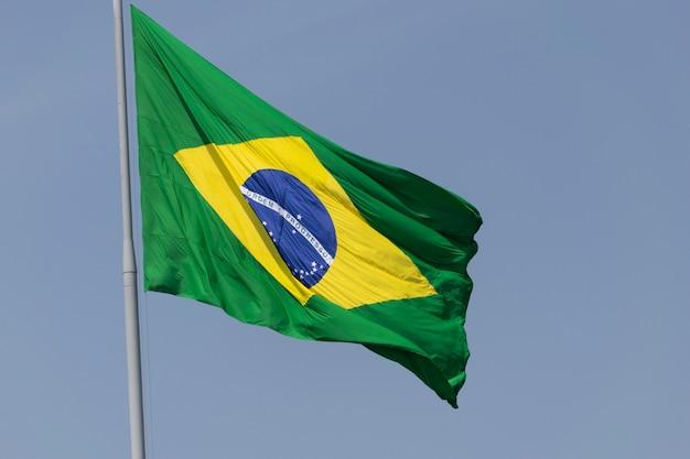 Drapeau du brésil flottant au vent. drapeau brésilien