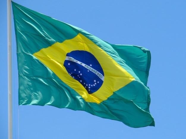 Drapeau du brésil flottant au vent drapeau brésilien