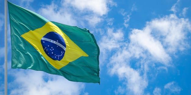 Drapeau du brésil flottant au vent ordre et progrès drapeau brésilien