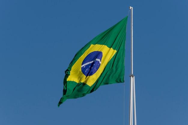 Drapeau du brésil flottant au vent. ordre et progrès
