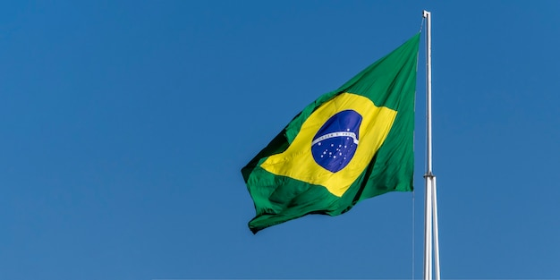 Drapeau du brésil flottant au vent