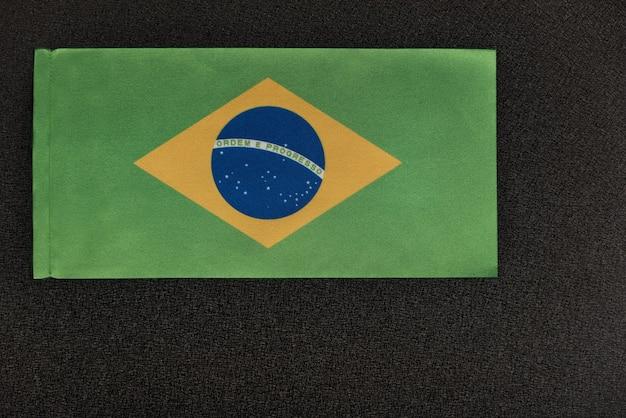 Drapeau du brésil sur fond noir. symbole national de la république fédérative du brésil.