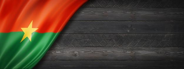 Drapeau du burkina faso sur mur en bois noir