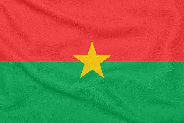 Drapeau du burkina faso sur tissu texturé. symbole patriotique