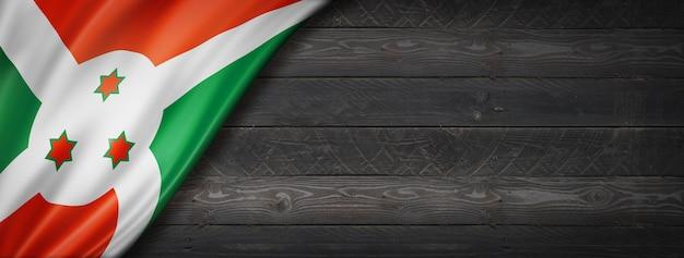 Drapeau du burundi sur mur en bois noir