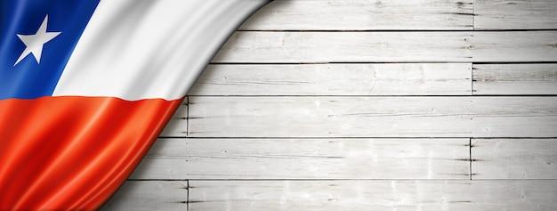 Drapeau du chili sur le vieux mur blanc. bannière panoramique horizontale.