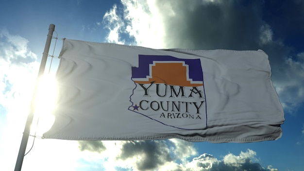 Drapeau du comté de yuma, état de l'arizona, états-unis d'amérique ondulant au vent dans le ciel bleu. rendu 3d