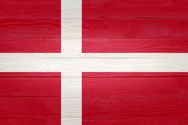 Drapeau du danemark peint sur fond de planche de bois ancien