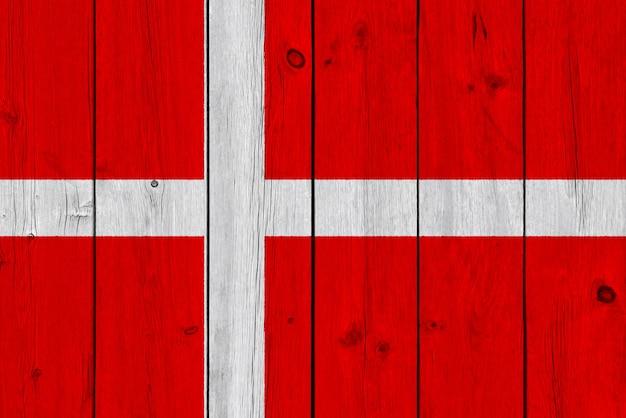 Drapeau du danemark peint sur une vieille planche de bois