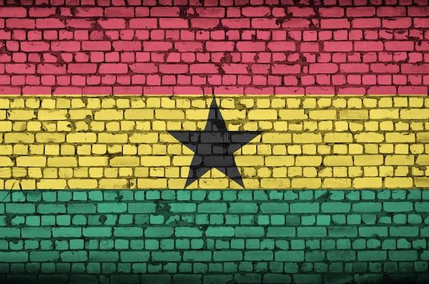 Le drapeau du ghana est peint sur un vieux mur de briques