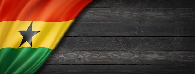 Drapeau du ghana sur mur en bois noir