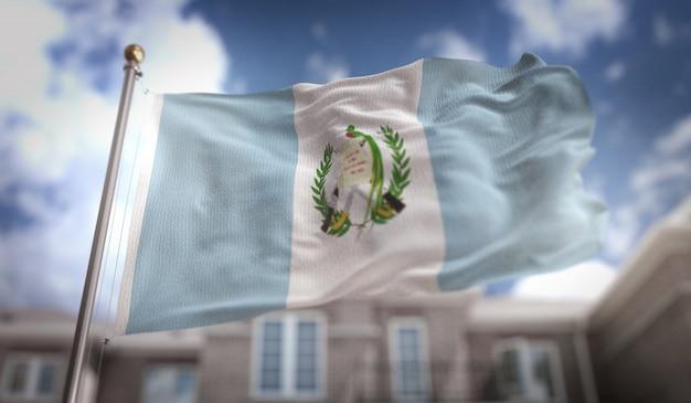 Drapeau du guatemala rendement 3d sur le fond du bâtiment du ciel bleu