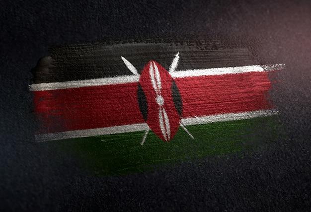 Drapeau du kenya fait de peinture brosse métallique sur mur sombre grunge