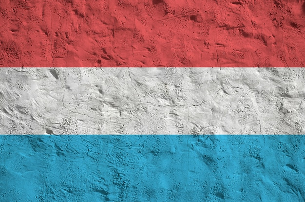 Drapeau du luxembourg représenté dans des couleurs vives sur le vieux mur de plâtrage en relief. bannière texturée sur fond rugueux