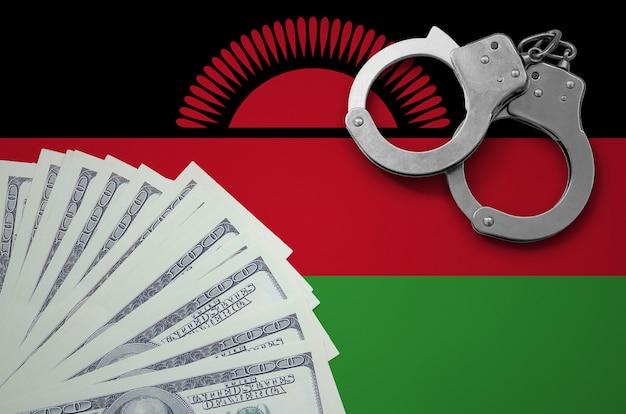Drapeau du malawi avec des menottes et un paquet de dollars. le concept d'opérations bancaires illégales en devise américaine