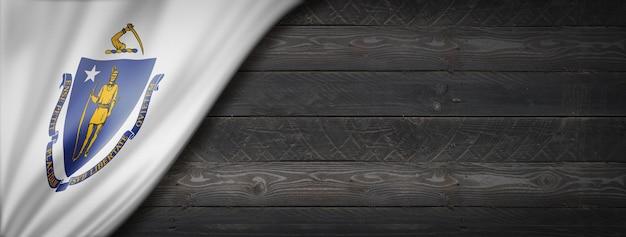 Drapeau du massachusetts sur la bannière murale en bois noir, usa. illustration 3d