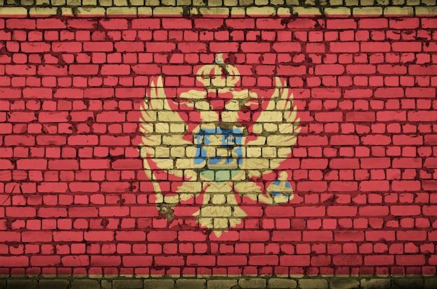 Le drapeau du monténégro est peint sur un vieux mur de briques