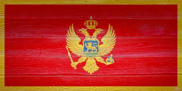 Drapeau du monténégro peint sur fond de planche de bois ancien