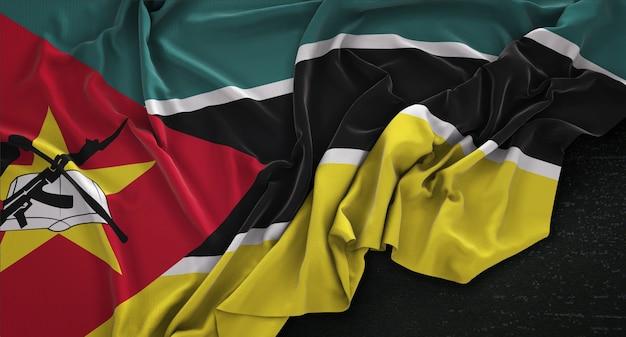 Drapeau du mozambique enroulé sur fond sombre 3d render