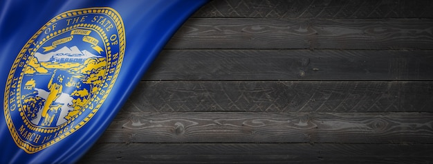 Drapeau du nebraska sur la bannière murale en bois noir, usa