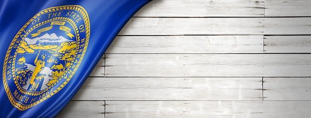 Drapeau du nebraska sur fond de bois blanc, usa. illustration 3d