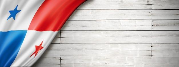 Drapeau du panama sur le vieux mur blanc.