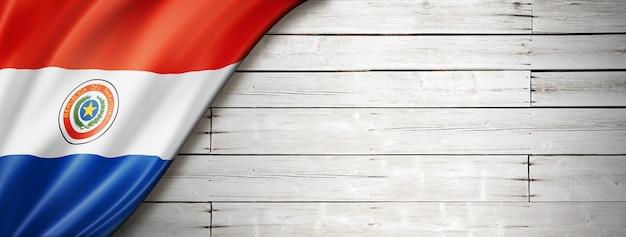 Drapeau du paraguay sur le vieux mur blanc.