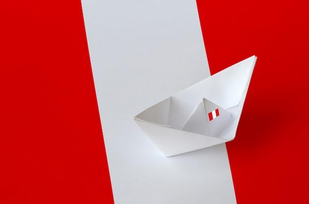 Drapeau du pérou avec bateau origami en papier