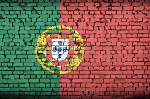 Le drapeau du portugal est peint sur un vieux mur de briques