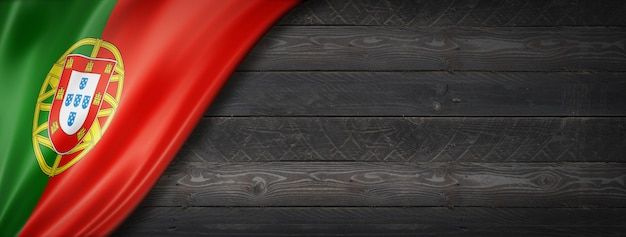 Drapeau du portugal sur mur en bois noir. bannière panoramique horizontale.