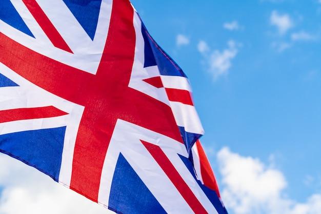 Drapeau du royaume-uni sur le vent dans le ciel bleu