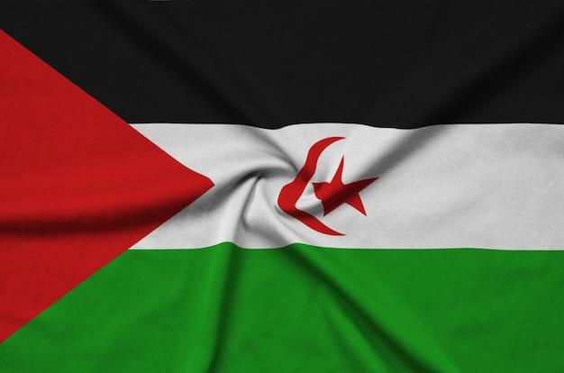 Le drapeau du sahara occidental est représenté sur un tissu de sport avec de nombreux plis.