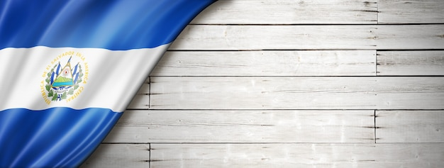Drapeau du salvador sur le vieux plancher en bois blanc